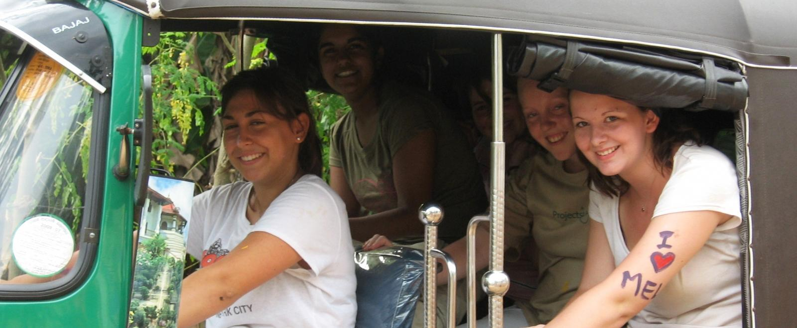 Voluntarios de Projects Abroad paseando en Sri Lanka en un tuk tuk.
